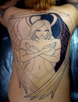 背中に天使のタトゥー