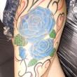 青いバラとハートのオーナメントのタトゥー