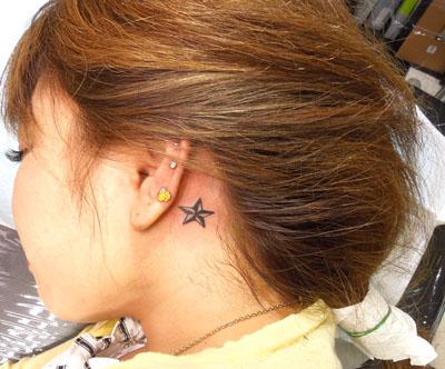 耳元にノーティカルスターのタトゥー