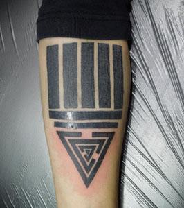 五本線に三角のタトゥー