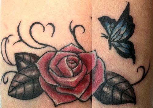 バラと蝶のタトゥー